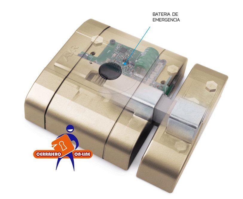 Detalle de la batería auxiliar de la cerradura invisible AYR Intlock